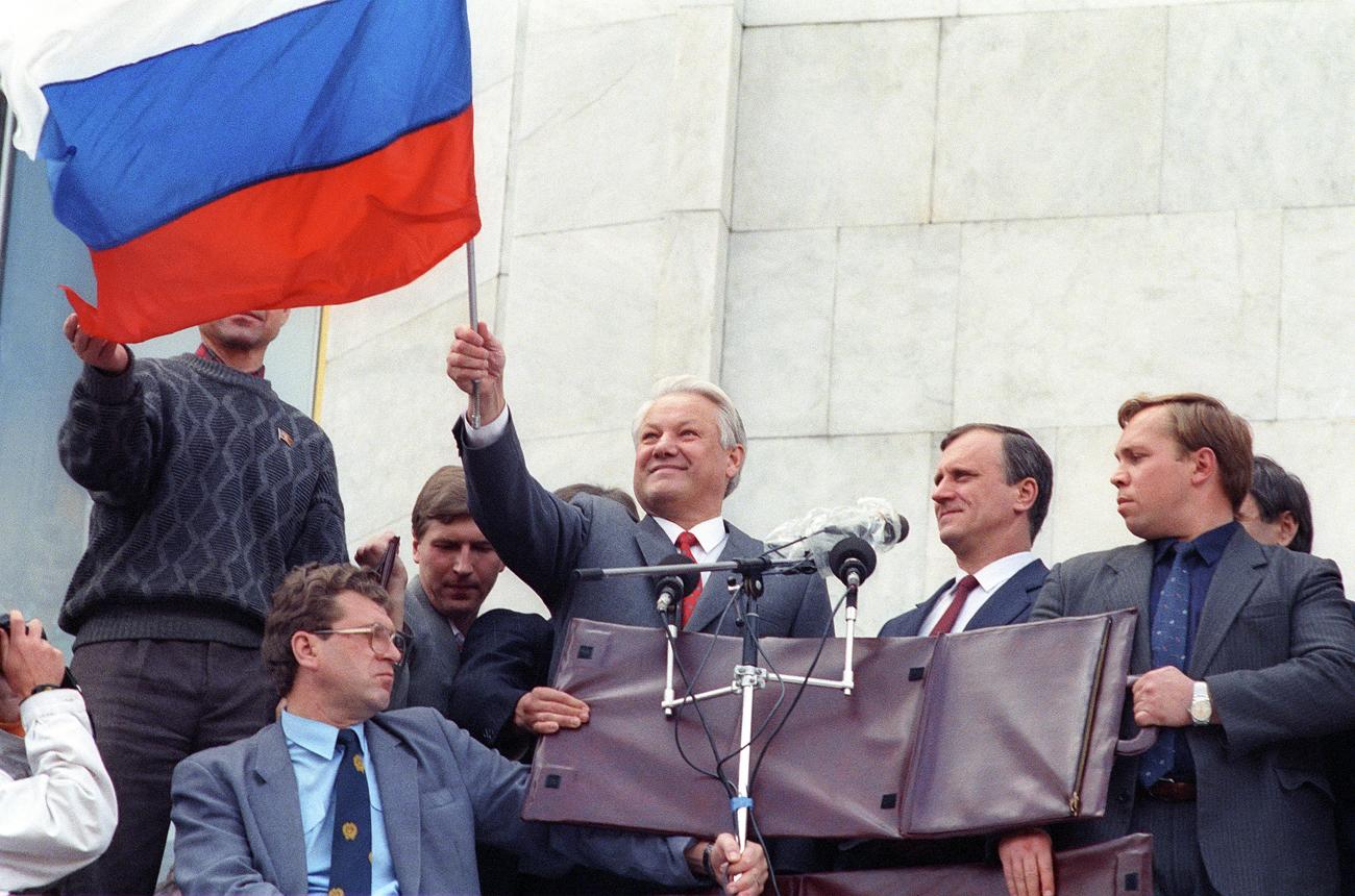 ホワイトハウス前で市民とともに反クーデターの勝利を祝うロシア共和国の大統領ボリス・エリツィン=