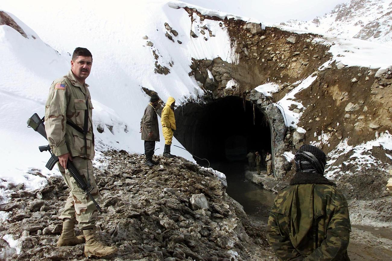 Ameriški vojak nadzoruje delo afganistanskih delavcev, ki čistijo južni vhod in širijo dostop do tunela Salang. Vir: Reuters