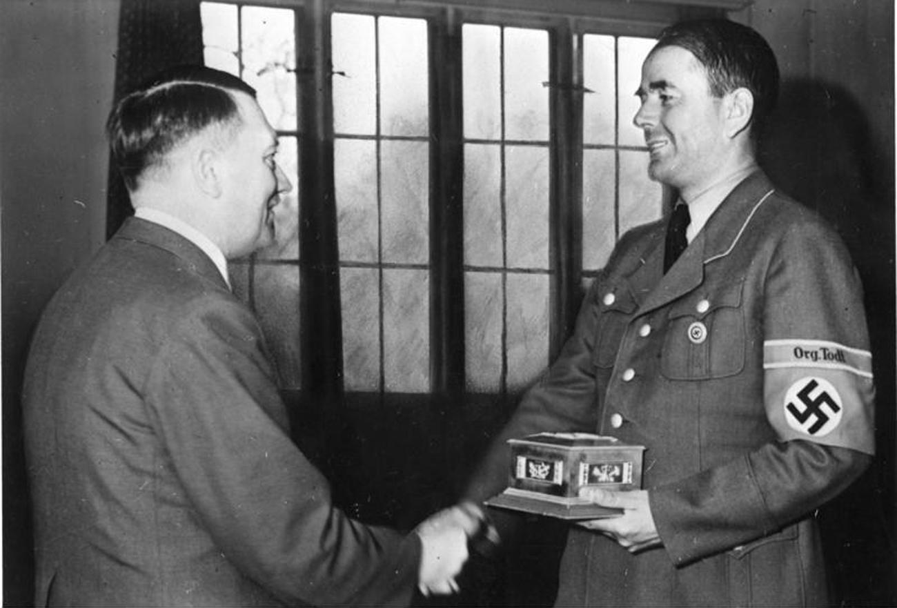 Albert Speer (r.) nimmt 1943 aus der Hand Adolf Hitlers den Fritz-Todt-Ring des Reichsrats der Deutschen Technik entgegen. Foto: UllsteinBild/Vostock-Photo