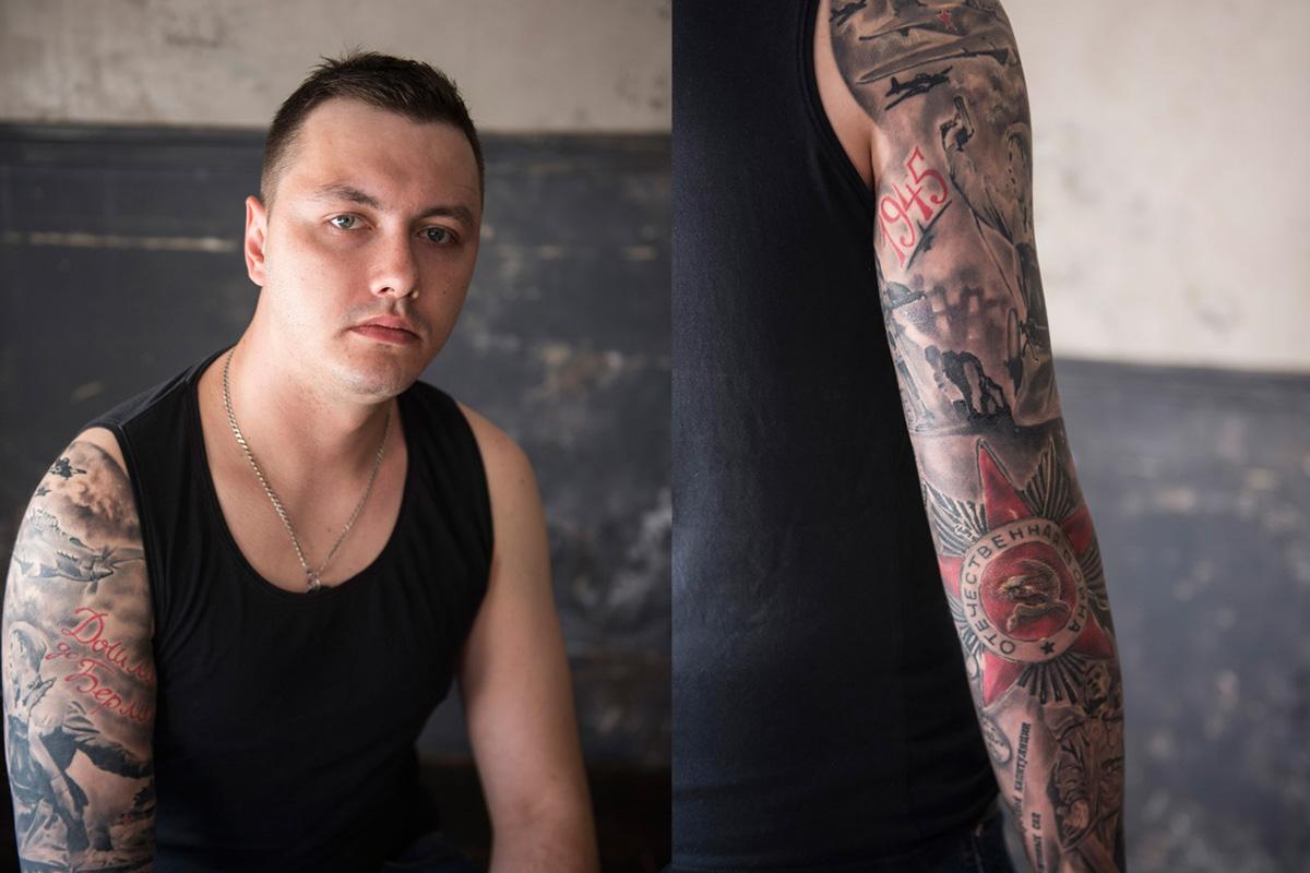 """Едуард (28), полицијски службеник из Санкт Петербурга. Има много тетоважа посвећених Великом отаџбинском рату – цртеже авиона и војника, црвене звезде петокраке, исписану годину """"1945"""", натписе """"Стигли смо до Берлина"""" и """"Велики отаџбински рат"""". Он каже: """"Историја Русије често се пише изнова. Када ме деца и унуци буду питали шта значе ове тетоваже, испричаћу им историју моје земље""""."""