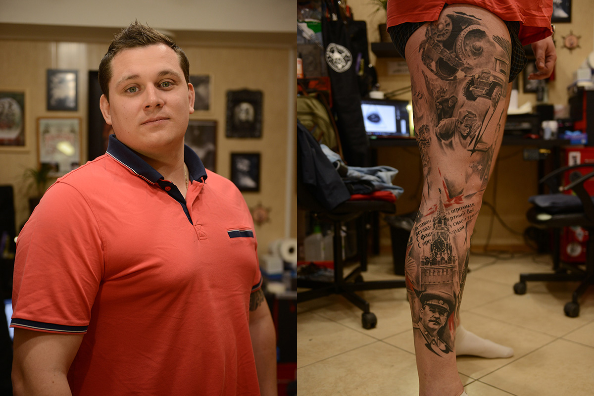 """Алексей, 30, държавен служител от Москва. Тази татуировка се състои от изображение на Йосиф Сталин, Спаската кула и московския Кремъл, самолети, автомобили, войници и част от известна руска патриотична песен: """"Направих си  татуировката по случай 70-годишнината от Победата във Втората световна война. Дядо ми е служил по време на цялата война. Тази татуировка е в негова памет""""."""
