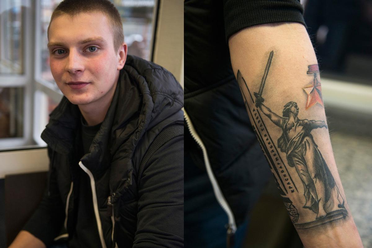 """Иван (18), студент из Москве. Истетовирао је статуу """"Мајка Отаџбина"""" из Волгограда, посвећену Стаљинградској бици. """"Мој деда је рођен у Волгограду и борио се у рату. За мене је ово част [што имам ову тетоважу]""""."""
