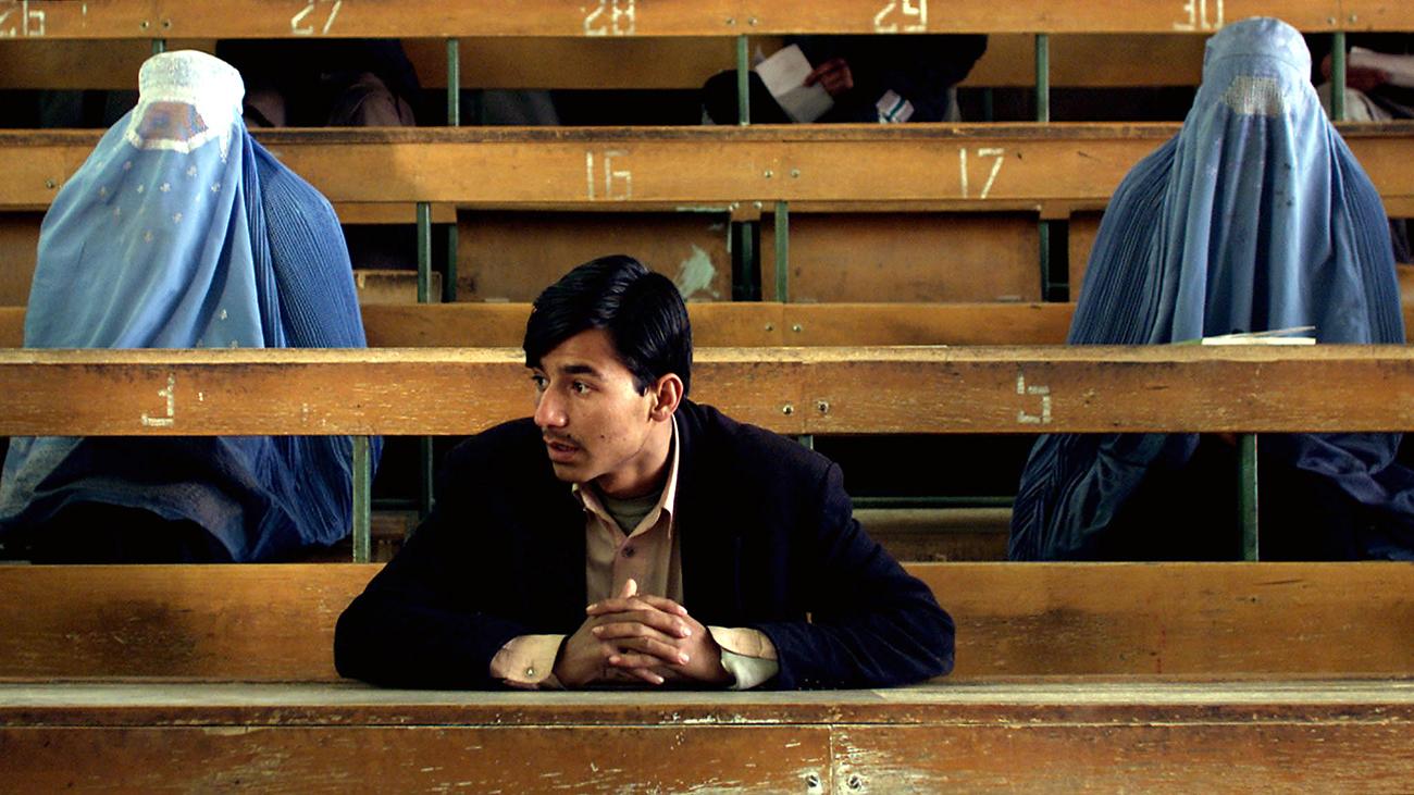 Afganistanski študentje pred sprejemnim izpitom na Politehniki v Kabulu. Vir: Reuters