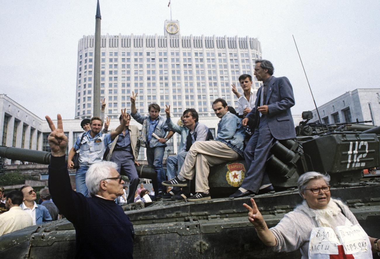 V Moskvi so razglasili izredne razmere in v mesto so se pripeljali vojaki. Na sliki: branilci pred vladno hišo.