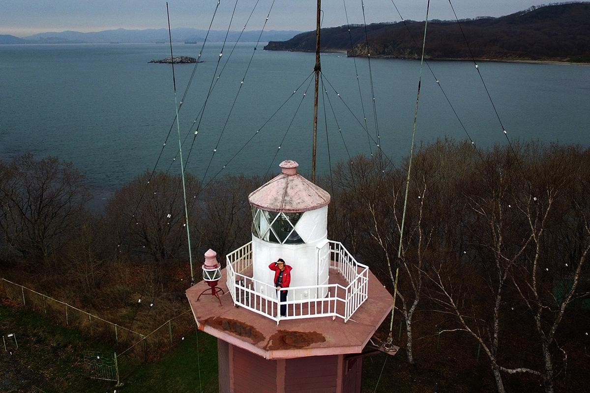 """Faro Nepristupnyj (Inespugnabile). L'epiteto """"Inespugnabile"""" a questa piccola torre di pietra di otto lati, con una cupola rossa in cima, le venne dato dal governo sovietico"""