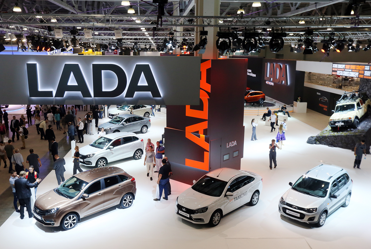 Des modèles de Lada présentés lors du Salon international de l'automobile de Moscou de 2016 au centre d'expositions Crocus Expo.