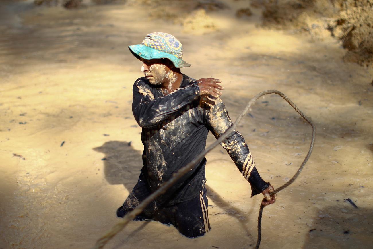 Garimpeiro ilegal em mina próxima ao rio Ikabaru, no sul da Venezuela