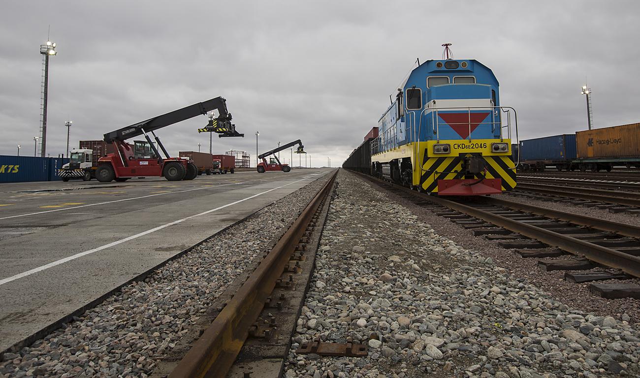 Товарен воз на пограничниот премин Хоргос, источно од најголемиот казахстански град и економски центар Алмати. 19 октомври 2015 година. Казахстан сака да се постави како голем трговски центар меѓу Кина и Европа и да учествува во пазарот вреден 600 милијарди долари, но во тоа го попречуваат неговите законски прописи кои ѝ штетат на неговата репутација како прекуграничен трговски партнер.