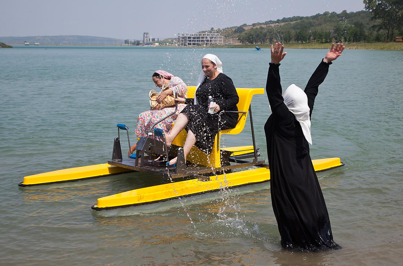 """Urlauberinnen im Resort """"Laguna"""", einem Badestrand für Frauen im Dorf Aldy nahe der tschetschenischen Hauptstadt. /  Yelena Afonina/TASS"""