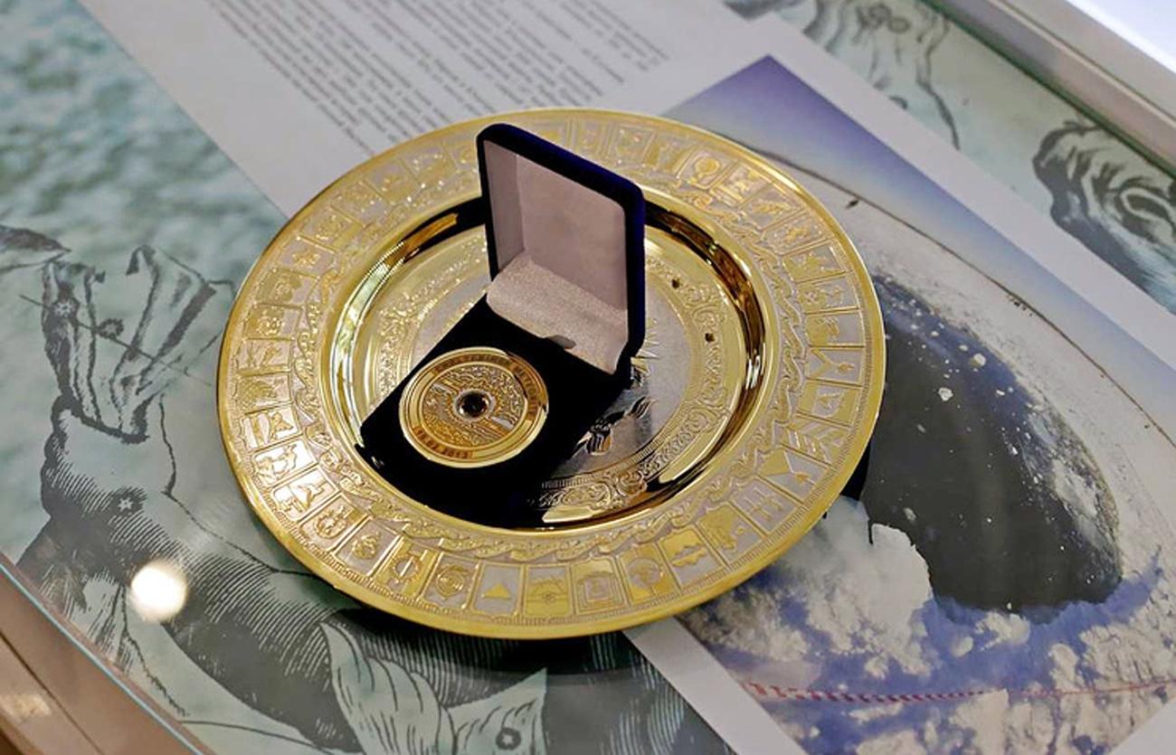 Médaillesouvenirfaitede fragments de la météorite de Tcheliabinsk.n