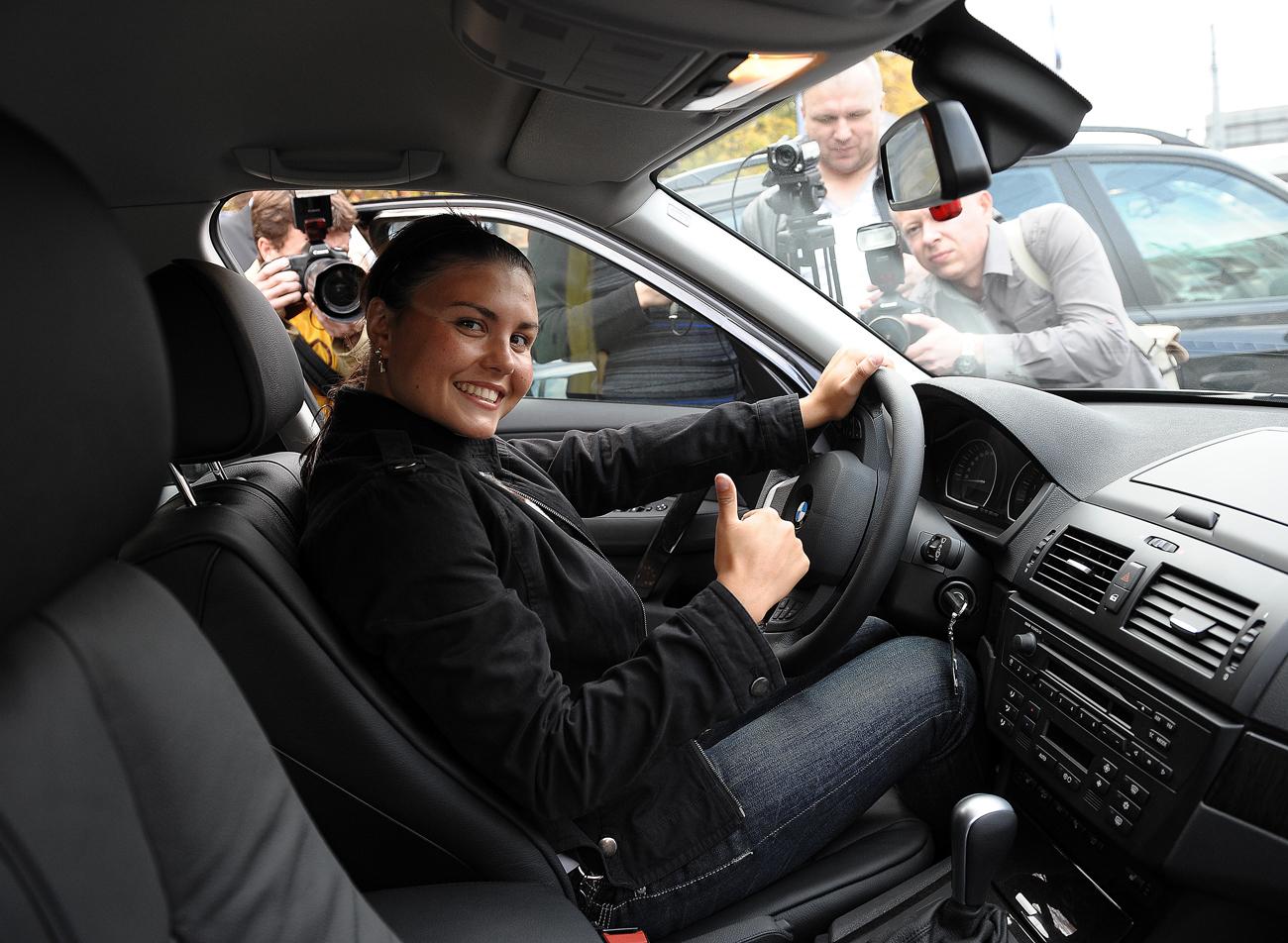 Larisa Ilchenko, médaillée d'or de l'épreuve marathon femmes 10 km aux JO de Pékin de 2008, dans sa nouvelle BMW. Crédit: Maxim Shemetov / TASS