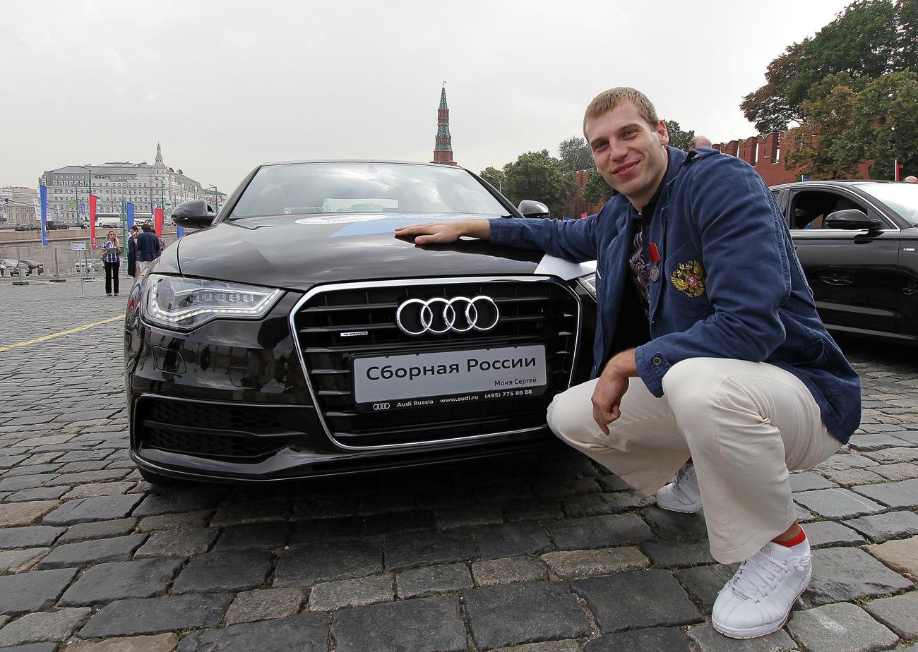 Sergey Monya, médaille de bronze au basketball aux JO de Londres de 2012, près de sa nouvelle Audi à Moscou. Crédit : Evgeny Biyatov  / RIA Novosti