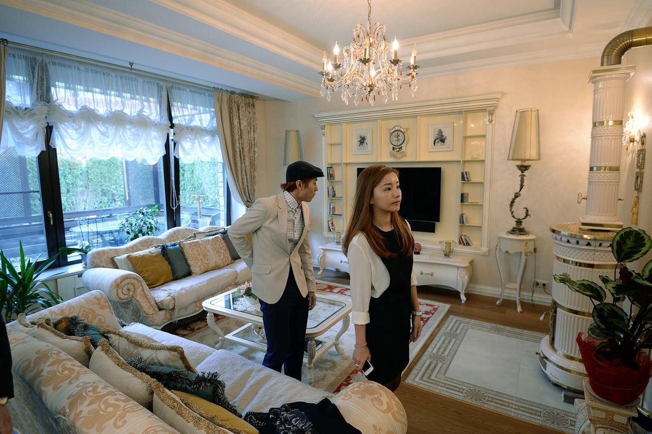 Le sextuple champion olympique de short-track Viktor An et sa femme, Nari, dans leur nouvelle maison au village olympique de Novogorsk, dans la région de Moscou.n