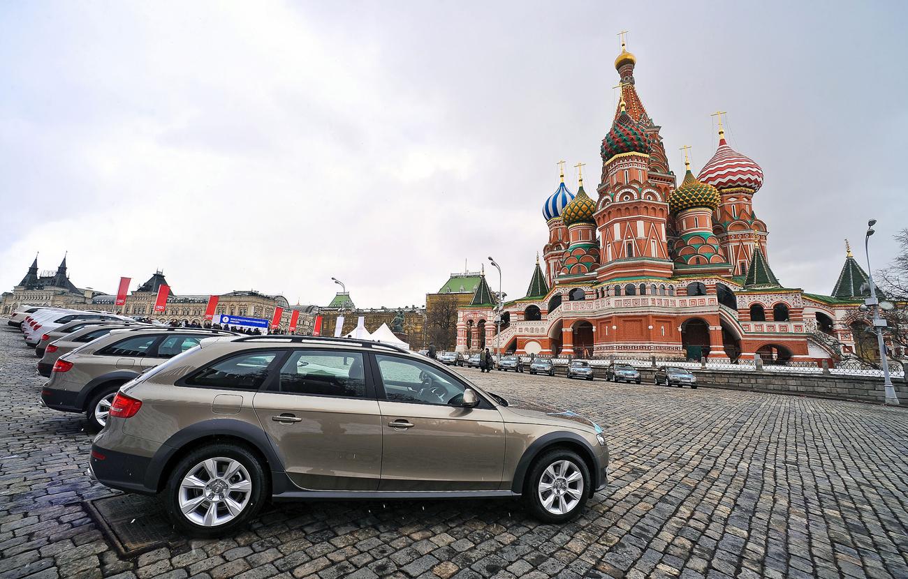 De nouvelles voitures Audi attendent sur la place Rouge les champions olympiques des JO d'hiver de Vancouver de 2010. Crédit : Maxim Shemetov / TASS