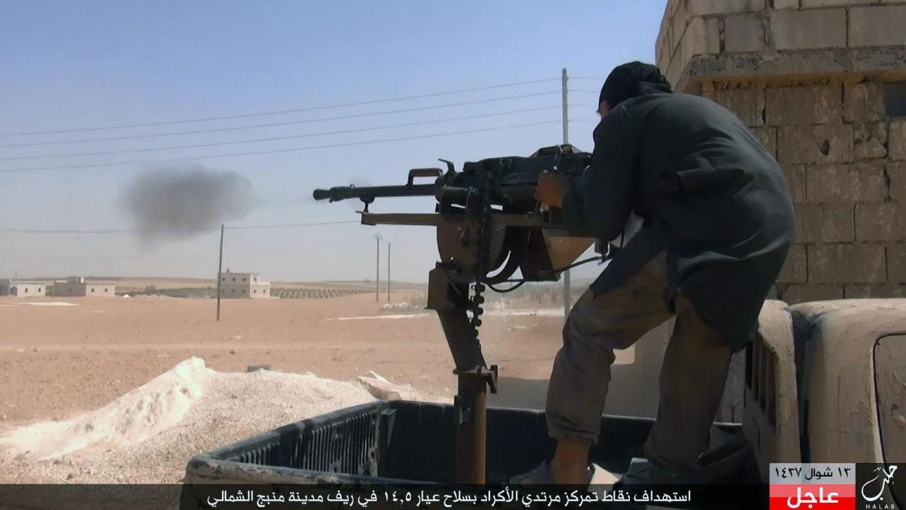 """Das Bild, das im Juli 2016 von Anhängern des IS veröffentlicht wurde, zeigt einen Kämpfer der Terrormiliz im Einsatz gegen syrisch-kurdische Truppen der """"Demokratischen Kräfte Syriens"""" in Manbidsch nahe Aleppo. Foto: Syria / AP"""