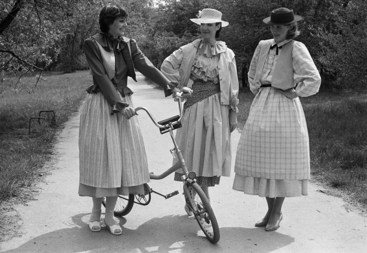 "1983. Models in ""peasant girl"" look pose for a photograph"