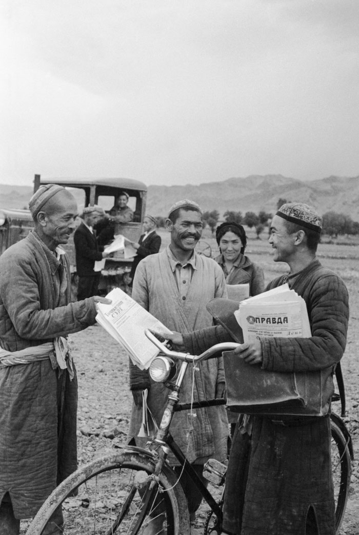 1954. A postman delivers newspapers to collective farm workers in Central Asia