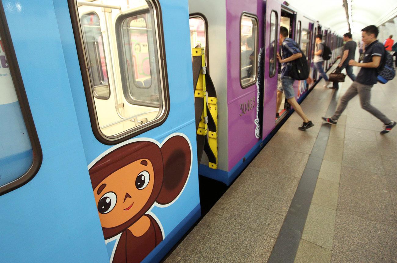 """""""Cheburashka"""" (1971) sulle porte di un vagone della metro di Mosca\n"""