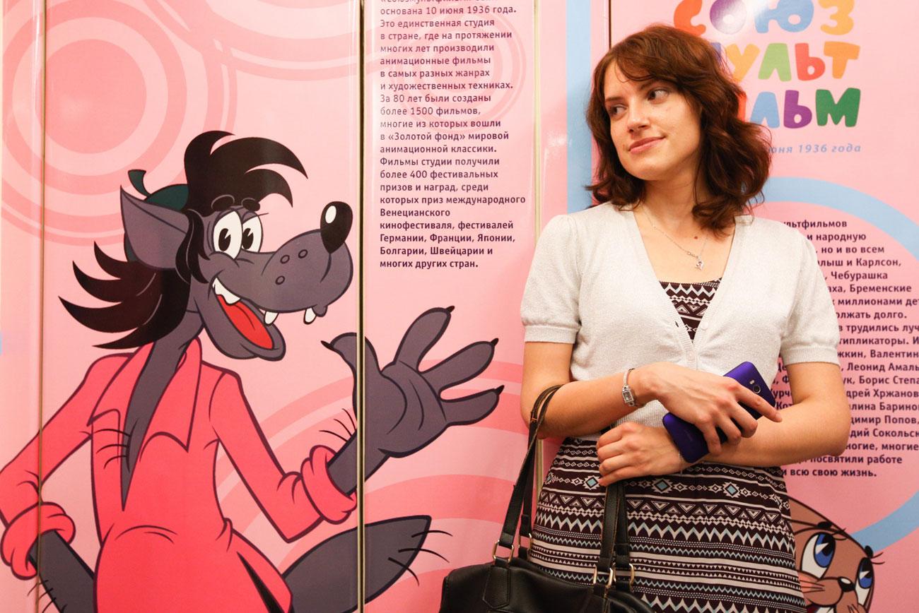 """Der Wolf aus der Zeichentrickserie """"Nu, pogodi!"""" ist in einem Waggon des Sonderzuges in fast menschengroßer Abbildung zu sehen. Quelle: Kirill Zykow / Moskva Agency"""
