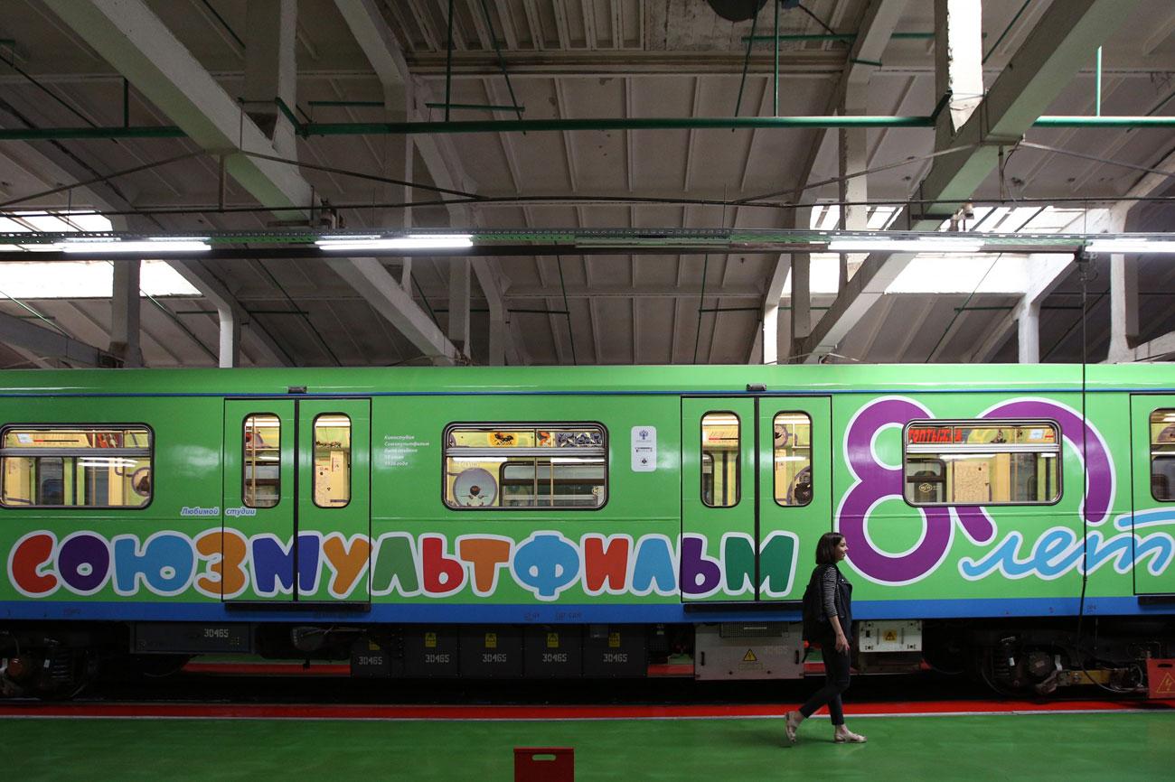 Il treno della metro di Mosca decorato per gli 80 anni di Soyuzmultfilm\n