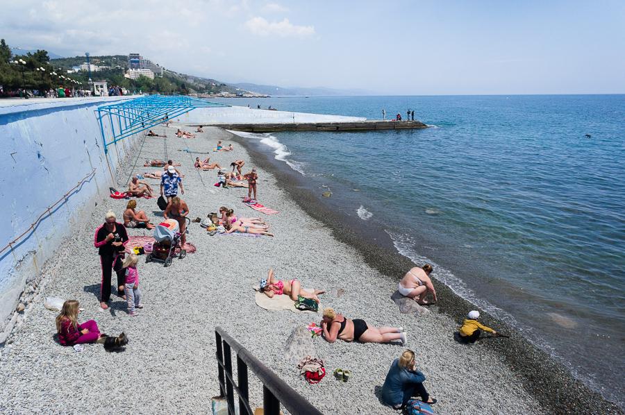 През останалото време от годината Севастопол прилича на обикновен черноморски курорт. Крайбрежните алеи са изпълнени с продавачи на сувенири и туристи, които са се отправили към плажа.