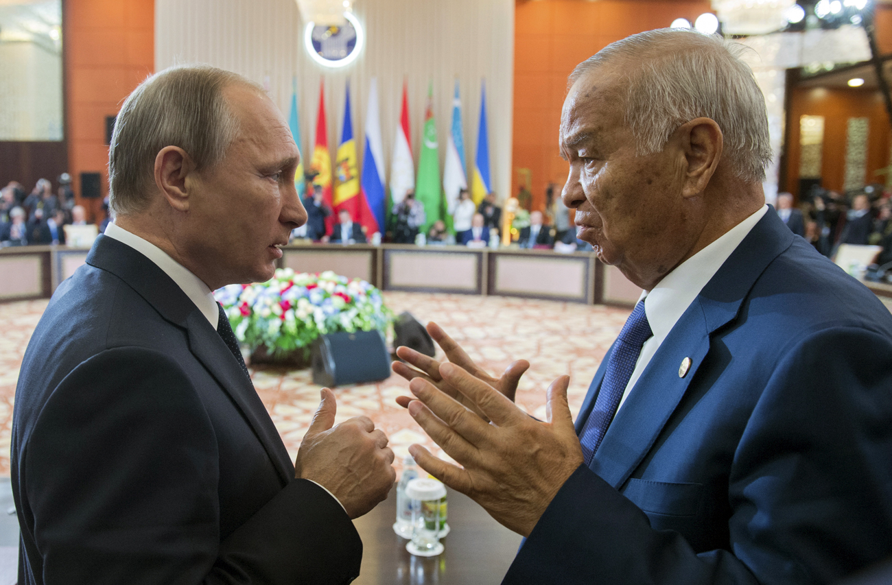 Uzbekistan's President Islam Karimov (R) talks to Russian President Vladimir Putin during a meeting of ex-Soviet leaders in Burabai, Kazakhstan, on Oct. 16, 2015.
