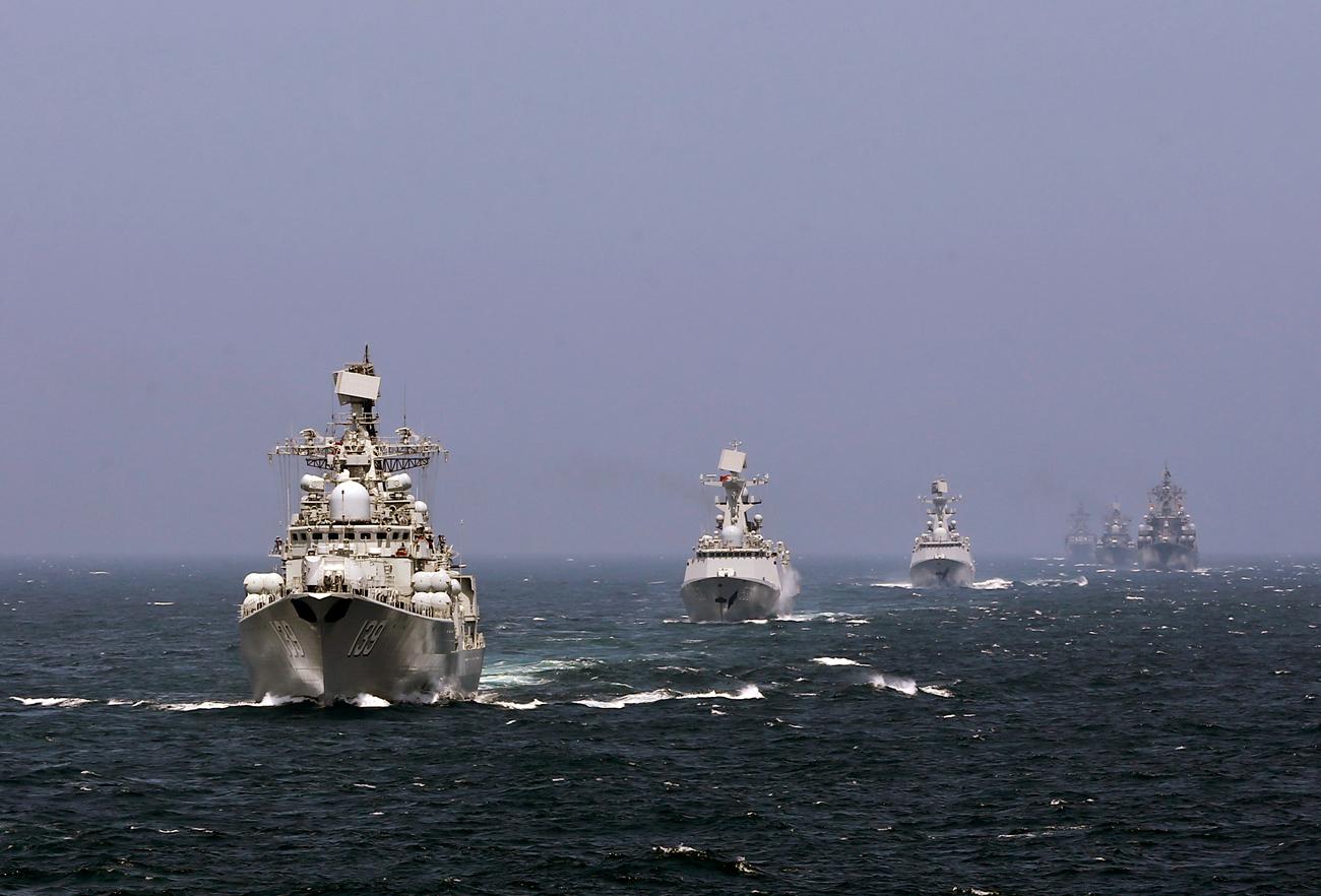 """Kapal-kapal Angkatan Laut Tiongkok dan Rusia bepartisipasi dalam latihan angkatan laut """"Joint Sea 2014"""" di luar pesisir Shanghai di Laut Tiongkok Timur. Sumber: Reuters"""