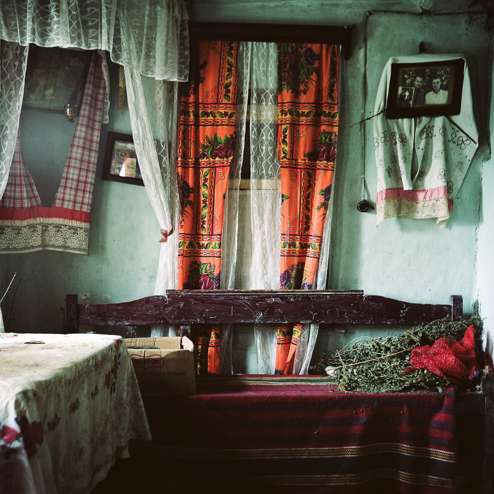 Inhabitants of Russian cities are surrounded by interiors from the previous century and the photos depict the past.