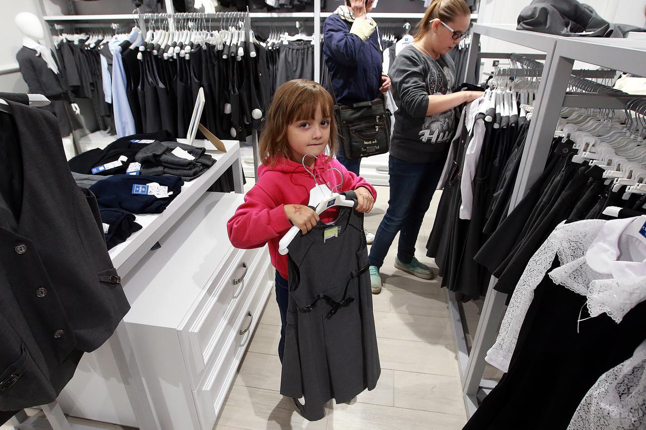 Moscou, Russie, le 13 août 2016. Vente des uniformes scolaires dans un magasin Smena à Moscou.