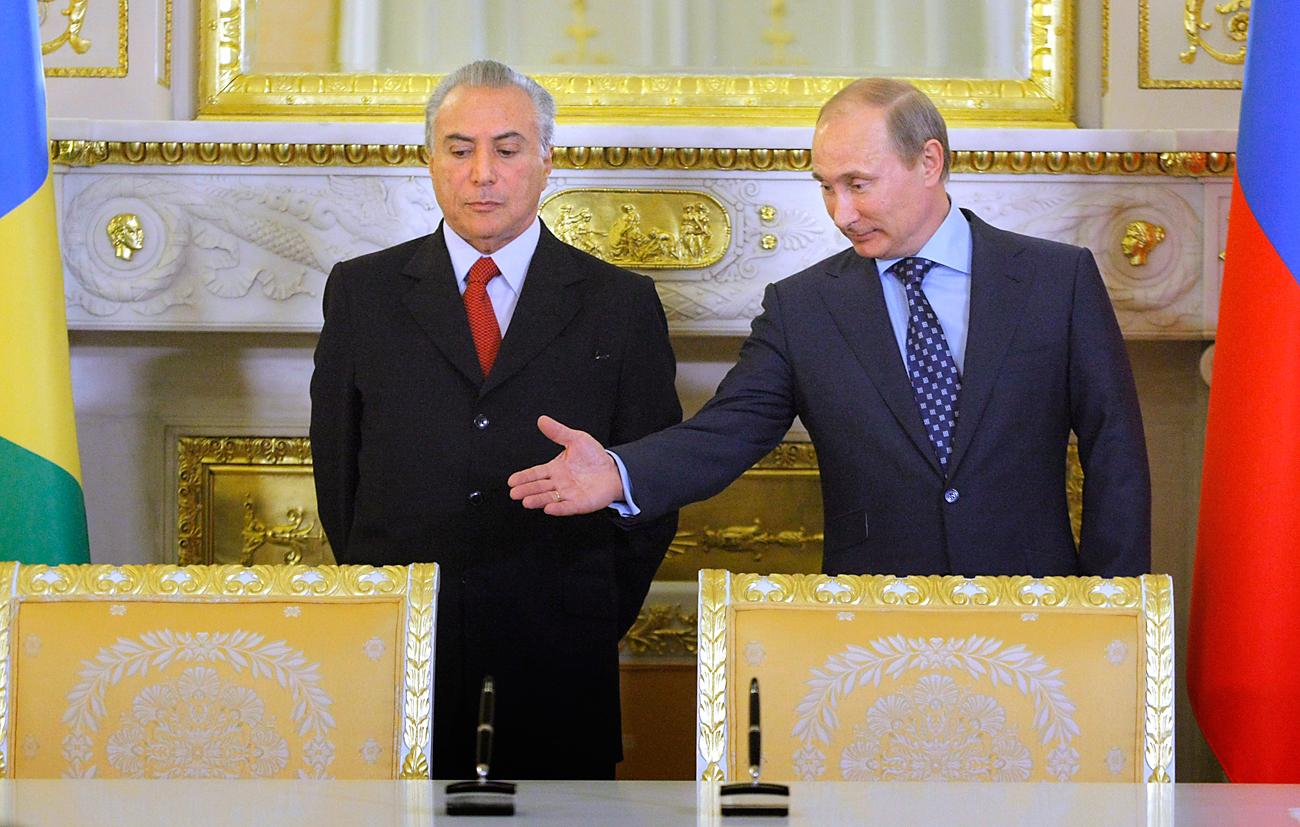 Pútin (dir) e Temer durante reunião no Kremlin em 2011