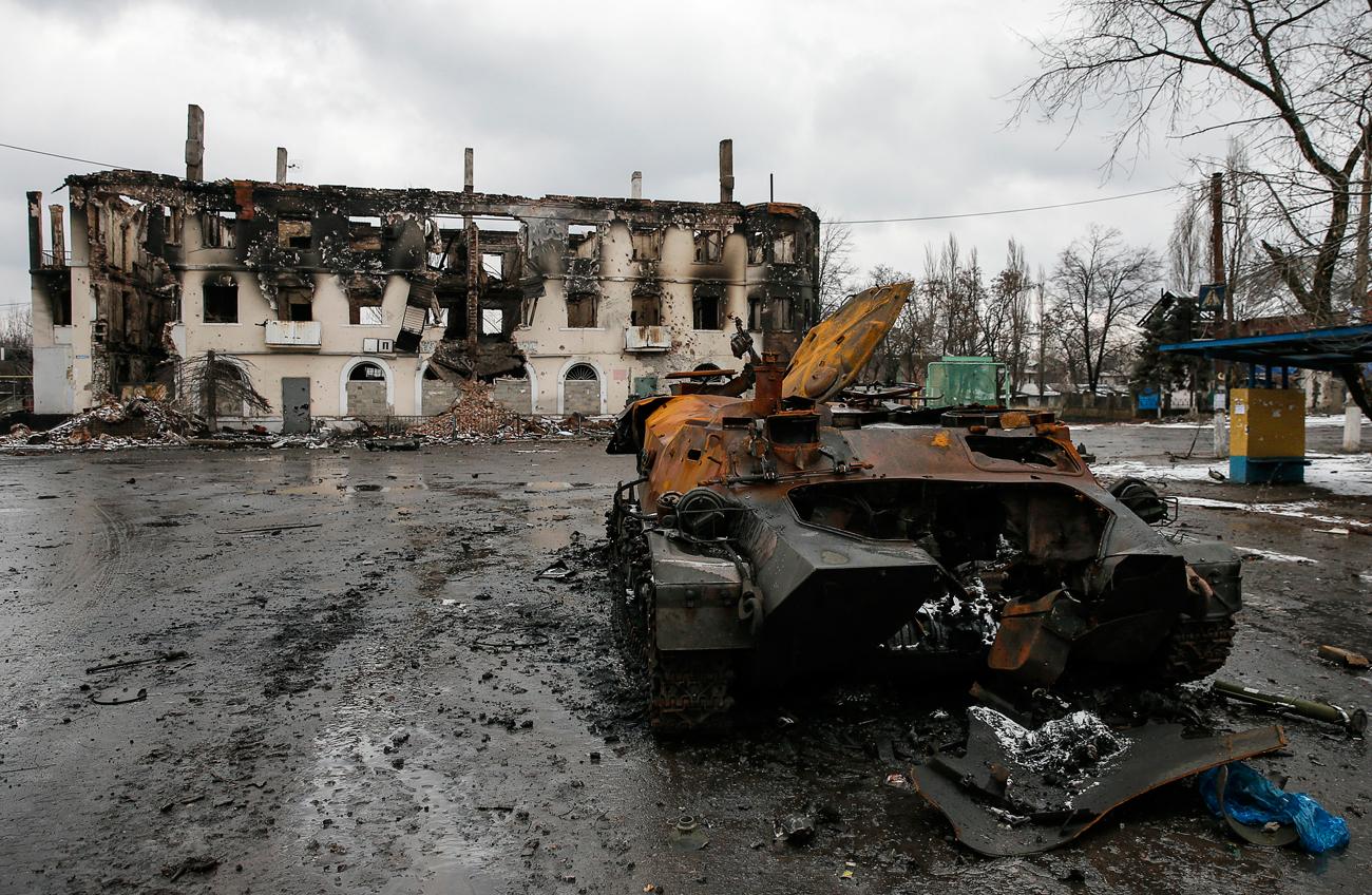 """Im Januar 2015 flammten erneut heftige Kämpfe auf – eine Folge überhöhter Erwartungen, wie Wladimir Jewseew, stellvertretender Direktor des Instituts der GUS-Länder, erklärt. Nach einer relativen Waffenruhe seien die Truppen Kiews davon ausgegangen, genug Kräfte gesammelt zu haben, um die Aufständischen aus dem Donbass zu vertreiben. Diese hätten wiederum damit gerechnet, ihr Territorium ausweiten zu können. """"Nach zahlreichen Zusammenstößen mit Hunderten Toten sahen letztlich beide Seiten ein, dass sie die nötigen Kräfte nicht aufbringen können, um ihre jeweiligen Ziele zu erreichen"""", stellt Jewseew fest. Nach einer gescheiterten Offensive und nachdem ukrainische Truppen bei Debalzewo von den Aufständischen eingekesselt worden waren, entschloss sich Kiew erneut zu Friedensverhandlungen."""
