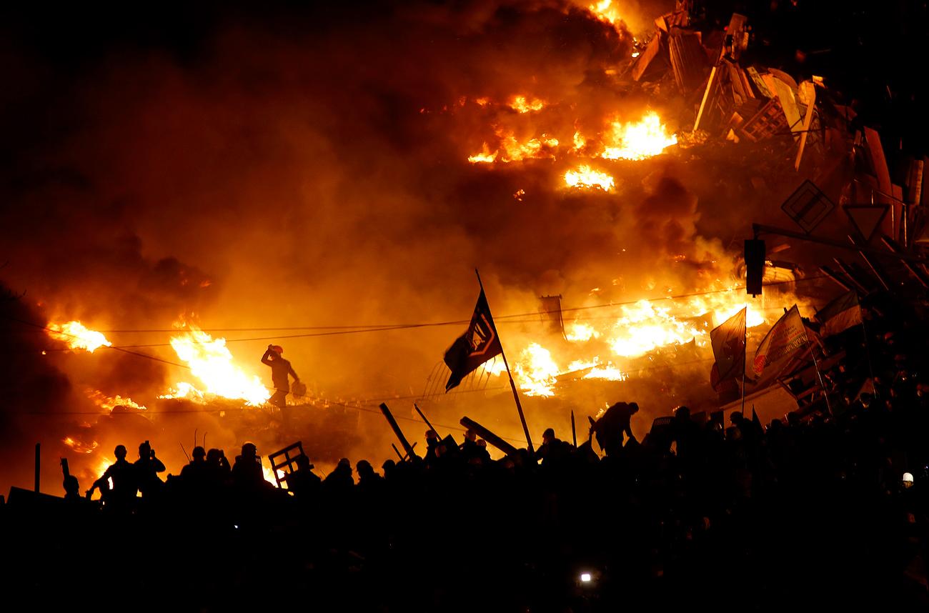 Après le coup d'Etat qui a eu lieu en Ukraine en février 2014, quand les manifestations de l'Euromaïdan ont renversé le président Viktor Ianoukovitch, des troubles ont éclaté dans l'est du pays. Les habitants de l'Ukraine de l'est, historiquement proche de la Russie, craignaient une poussée du nationalisme et une interdiction de la langue russe. Après le rattachement de la Crimée à la Russie, les activistes pro-russes des régions de Donetsk et de Lougansk ont lancé un soulèvement armé, prenant le contrôle de plusieurs villes.