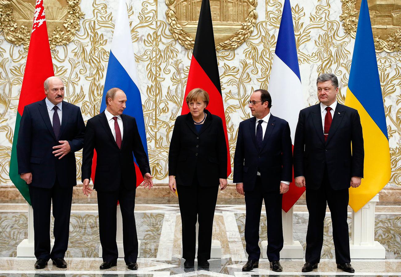 """Am 12. Februar 2015 folge das Abkommen """"Minsk II"""". Russland, die Ukraine und die selbst ernannten Volksrepubliken im Donbass vereinbarten erneut einen unverzüglichen Waffenstillstand und den Abzug schwerer Waffen. Danach sollten die Konfliktparteien den politischen Regulierungsprozess beginnen. Kiew verpflichtete sich zu einer Verfassungsreform, die den Sonderstatus der Volksrepubliken konstitutionell verankern würde. Im Anschluss sollten in Donezk und Lugansk Wahlen erfolgen. Im letzten Schritt würde die Ukraine die Kontrolle über die Grenze zu Russland wiedererlangen.Im Unterschied zu """"Minsk I"""" wurde das zweite Abkommen von den höchsten Vertretern der Konfliktparteien ausgehandelt, wie Experten betonen. Zudem erklärten sich die Staats- und Regierungschefs Russlands, Frankreichs und Deutschlands bereit, aufseiten der selbst ernannten Volksrepubliken respektive der Ukraine als Garanten der neuen Vereinbarung aufzutreten."""