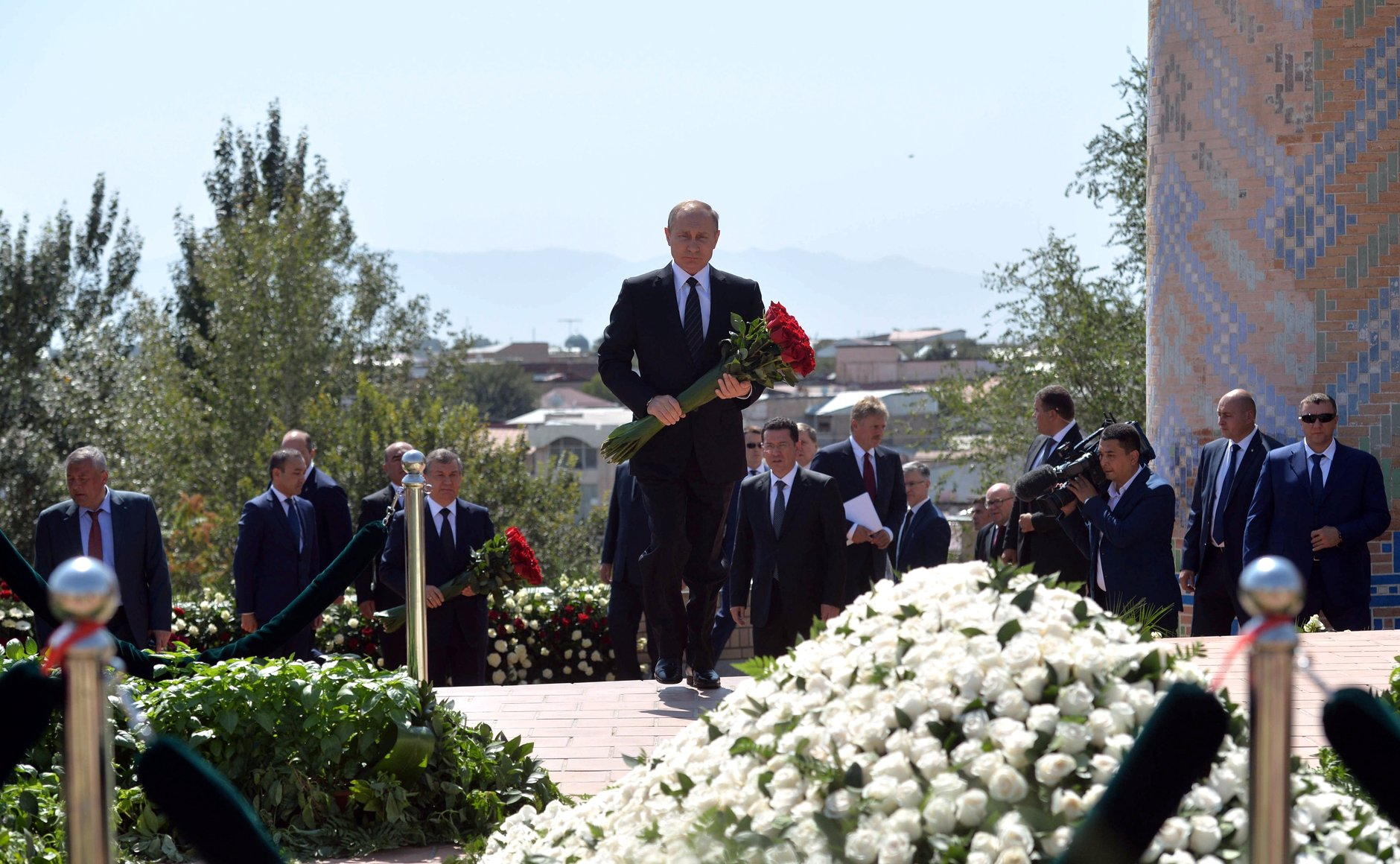 Russian leader lays flowers at Islam Karimov's grave in Samarkand.