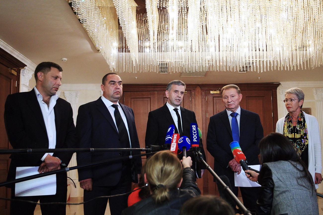 """Angesichts der erfolgreichen Offensiven der Aufständischen im Südosten des Landes stimmte die ukrainische Regierung im August 2014 einer friedlichen Regelung des Konflikts zu. Die Vertreter Russlands, der Ukraine, der beiden selbst ernannten Volksrepubliken Donezk und Lugansk sowie Beobachter der OSZE unterzeichneten am 5. September 2014 in der weißrussischen Hauptstadt das Minsker Abkommen, auch """"Minsk I"""" genannt. Darin einigten sich die Konfliktparteien auf einen Waffenstillstand und den Austausch von Gefangenen. Zudem kündigte Kiew Reformen zur Dezentralisierung der Ukraine an. Den selbst ernannten Volksrepubliken im Südosten sicherte die Regierung einen Sonderstatus zu."""