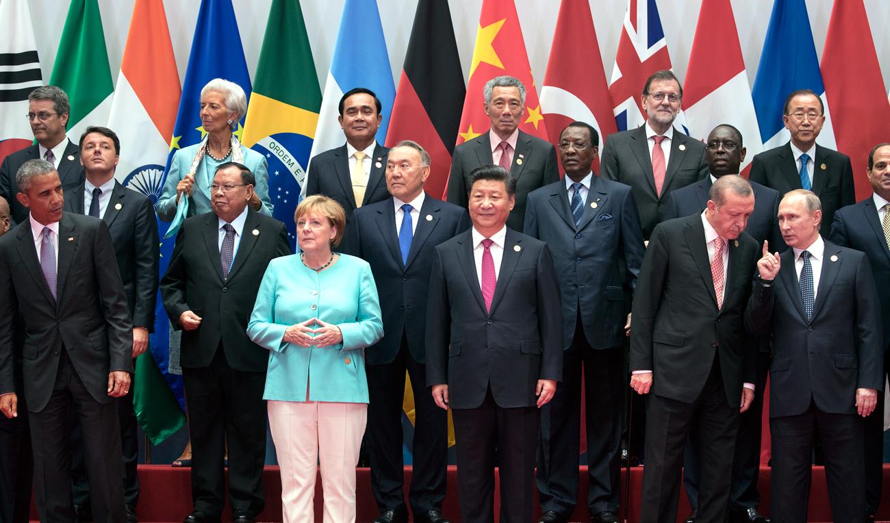 Лидерите на Г-20 позират за обща снимка на срещата на върха в Ханджоу, чиито домакин беше президентът на Китай Си Дзинпин. Сред лидерите на снимката са президентът на САЩ Барак Обама, отляво, германският канцлер Ангела Меркел, шестата отляво, тайландският премиер Праят Чан-оча, седмият отляво, сингапурският премиер Лий Хсиен Луун, в средата, руският президент Владимир Путин, втория отдясно, президентът на Турция Реджеп Тайип Ердоган.