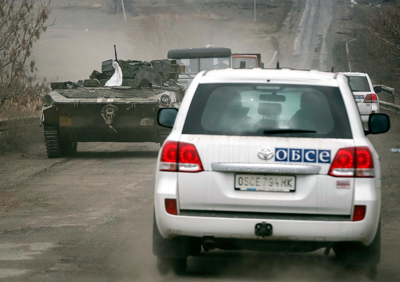 """Nach """"Minsk II"""" sei die sonderbare Lage entstanden, dass es """"weder Krieg noch Frieden"""" gebe, erklärt Mintschenko weiter: """"Schwere Kämpfe bleiben zwar aus, doch der Frieden wird immer wieder durch die Eskalation von Gewalt gestört.""""Wladimir Jewseew vom Institut der GUS-Länder sieht das ähnlich: Ende August 2016 sei die vereinbarte Waffenruhe im Schnitt bis zu 350 Mal am Tag verletzt worden. Das bestätigen auch die Medien. In einer Reportage in diesem Sommer aus dem umkämpften Gebiet berichtete die """"Nowaja Gaseta"""", dass der Waffenstillstand von beiden Seiten immer wieder verletzt werde, die Zahl der Opfer zunehme und die Lage jederzeit in einen Krieg umschlagen könne."""