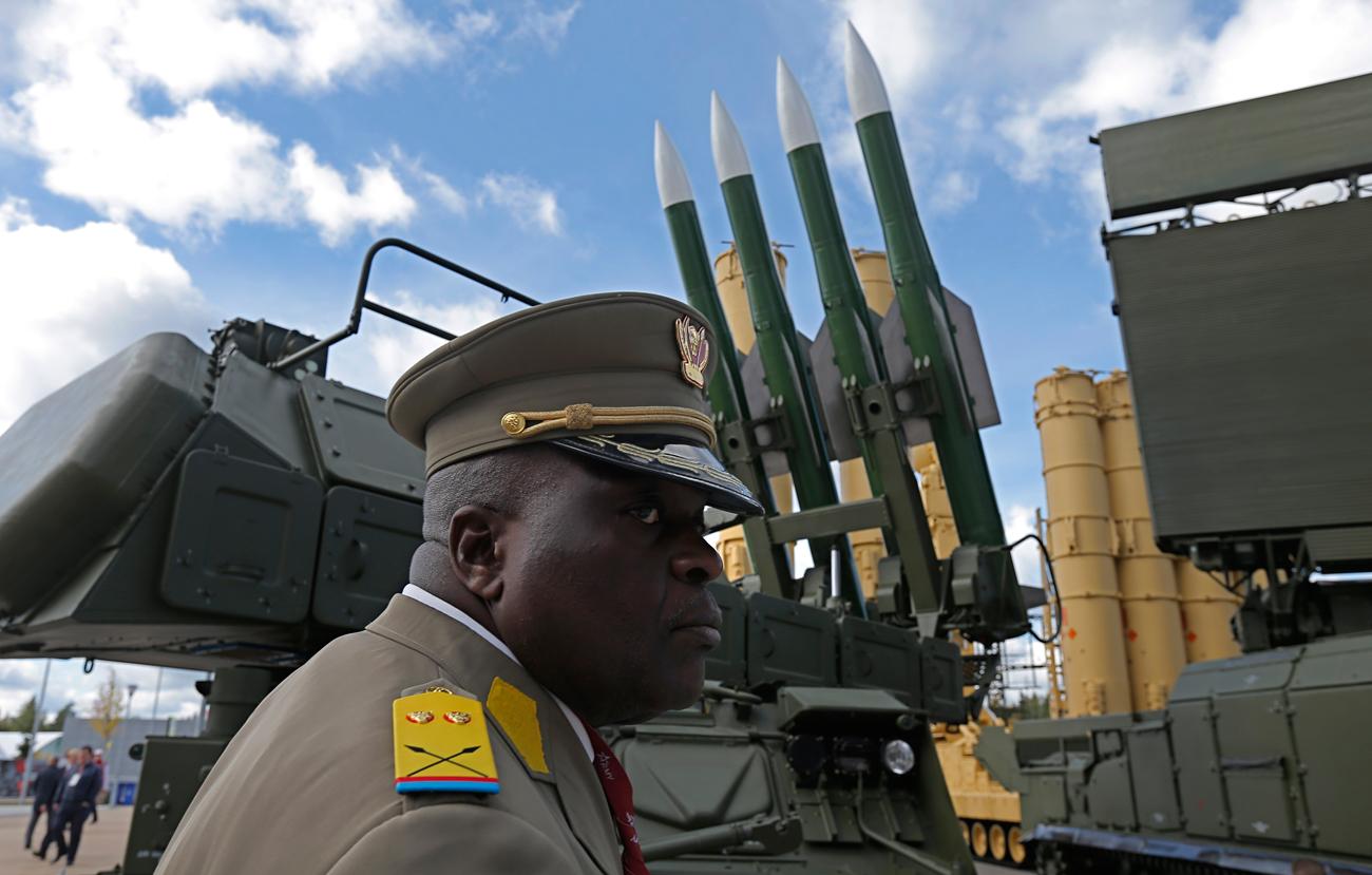 Visitante de la feria internacional militar Army 2016, que se celebra en la región de Moscú,observa un sistema de misiles BUK. .