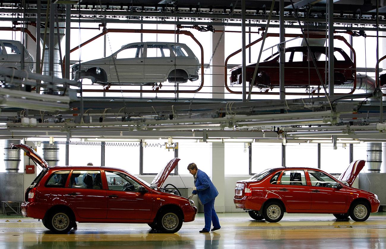 Вработени во АвтоВАЗ работат на составување а автомобили во фабриката во Толјати.