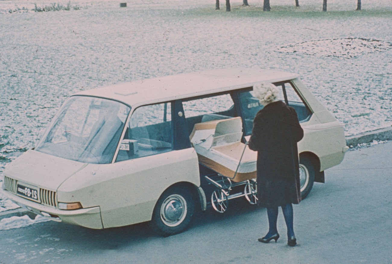 Experimental Soviet taxi, 1964 (by artists and constructors Y. Dolmatovsky, A. Olshanetsky, A. Chernyaev).