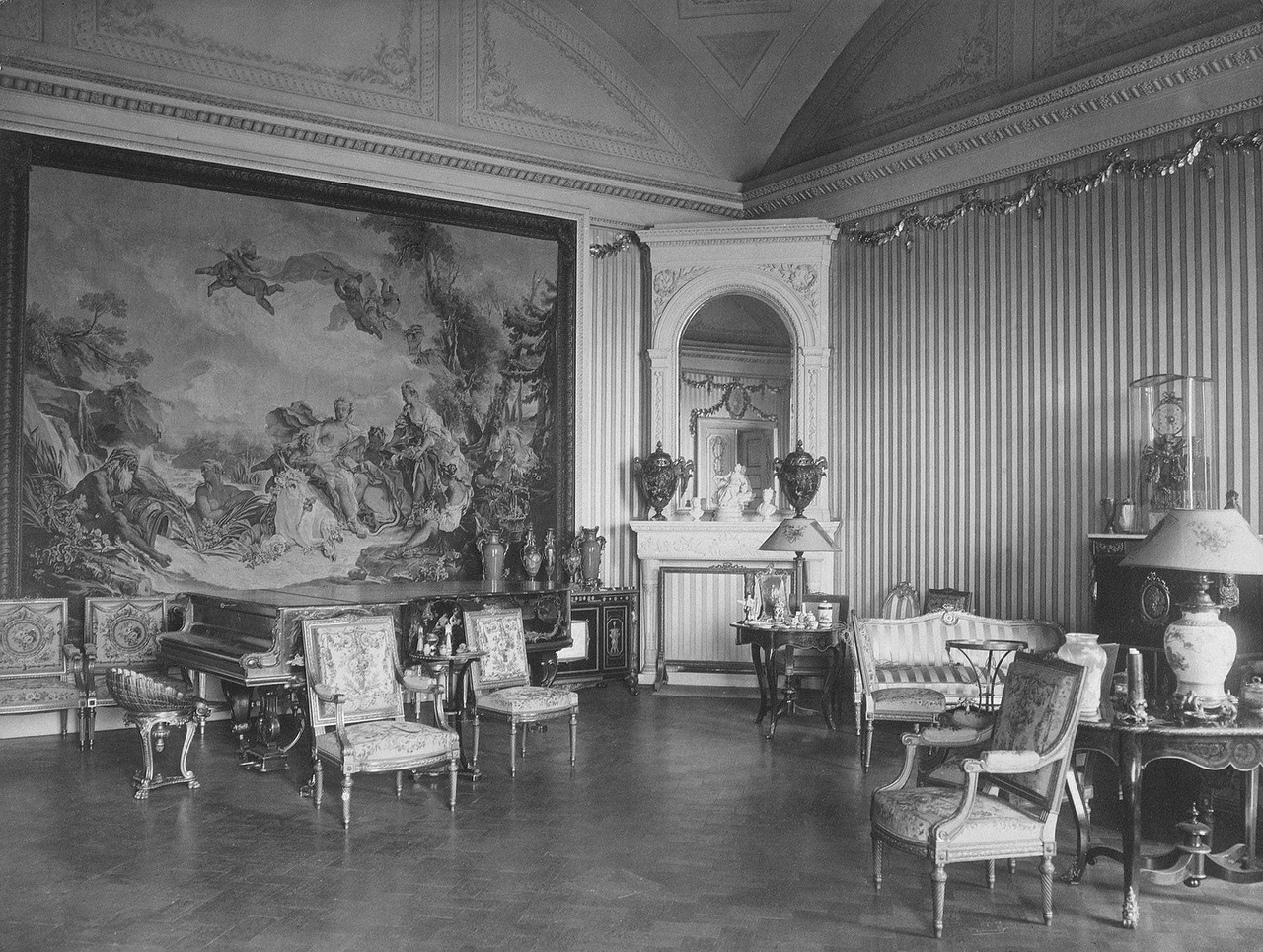 From October 1915 to November 1917, a hospital functioned in the Winter Palace. / Silver guest room.