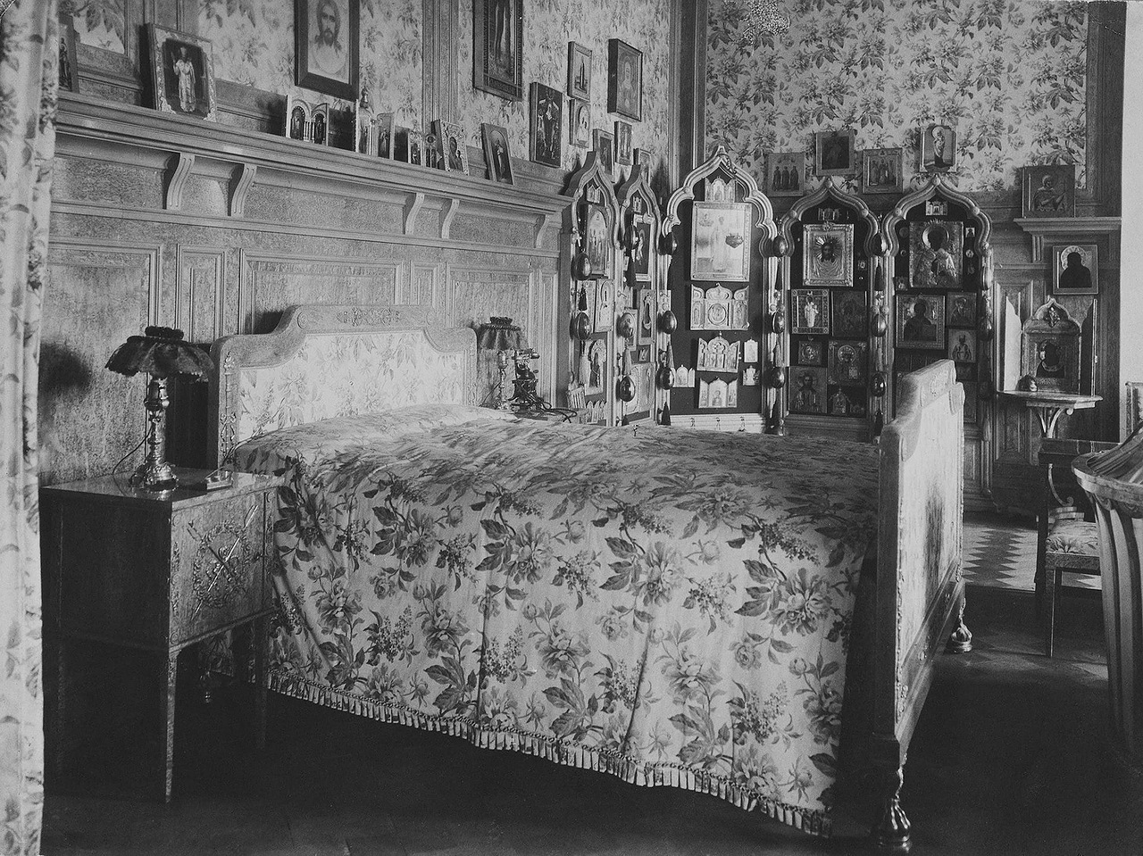 In 1904, Nicholas II transferred the permanent residence to Alexandrovsky Palace in Tsarskoye Selo, the royal family's estate located near the city of Pushkin, 25 kilometers from St. Petersburg. / Emperor Nicholas II's bedroom.