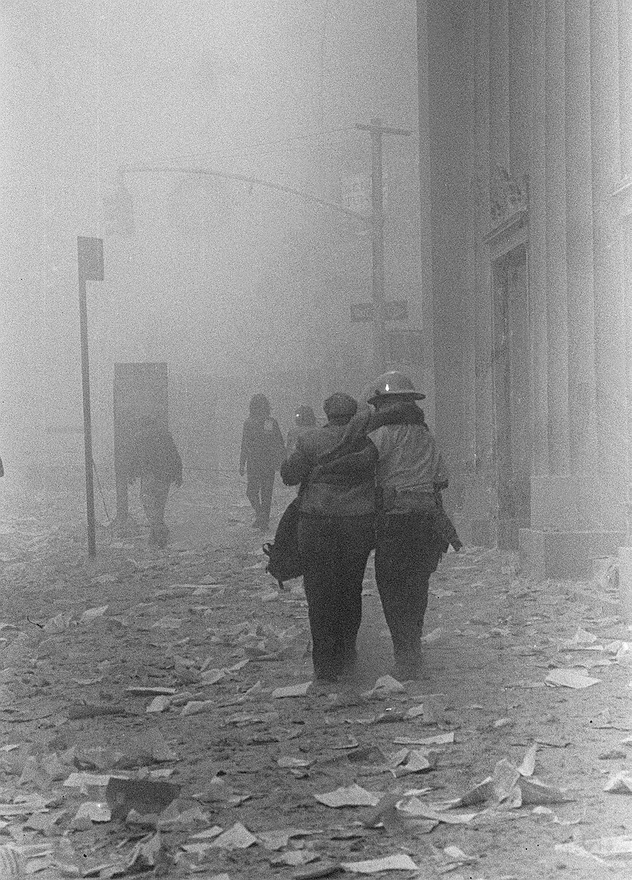 Le strade travolte dalla polvere dagli edifici crollati. Fonte:Gulnara Samojlova/AP