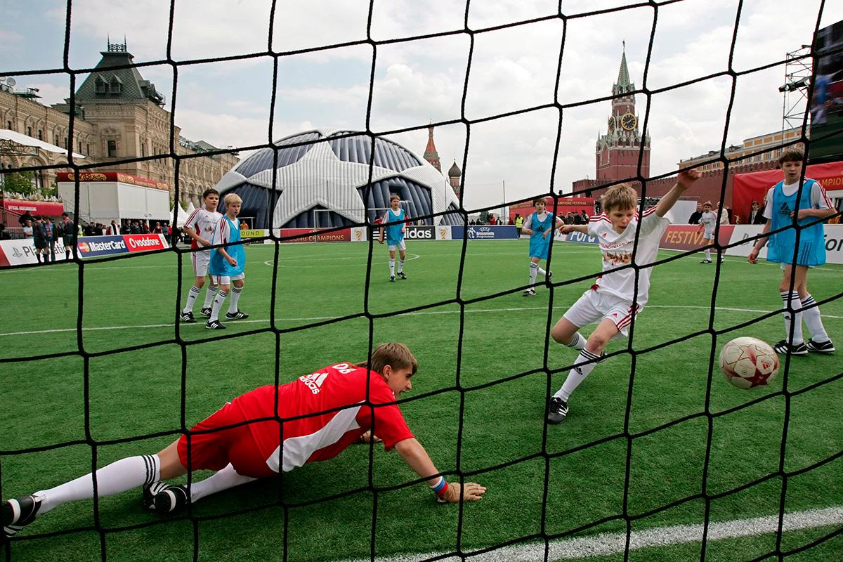 Ruska djeca igraju nogomet na umjetnoj travi na Crvenom trgu tijekom festivala Lige prvaka. 17. svibnja 2008.