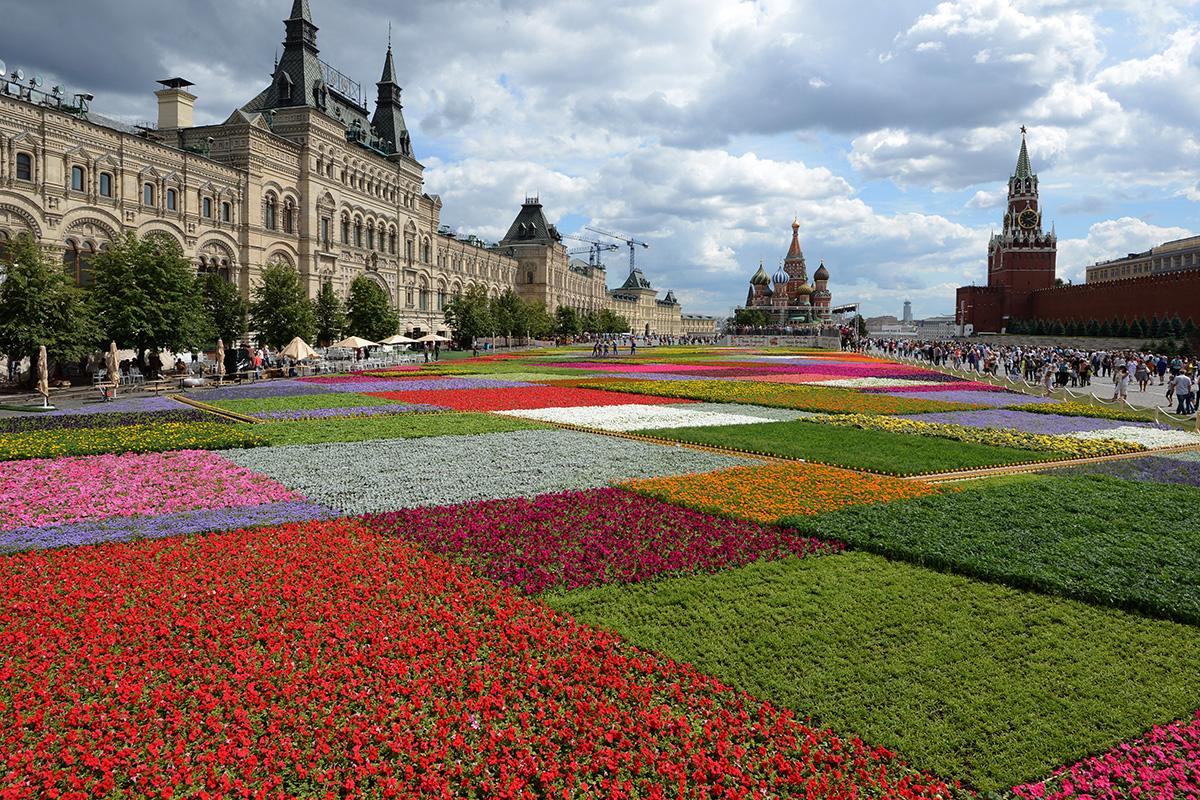 Moskva se je 19. julija 2013 pripravljala na Festival rož na Rdečem trgu.