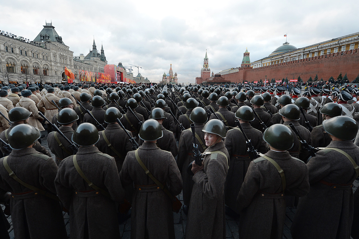 Ruski vojaki 7. novembra 2012 v uniformah Rdeče armade iz druge svetovne vojne nastopajo na vojaški paradi na moskovskem Rdečem trgu. Rusija je tedaj obeležila 71 let od legendarne parade leta 1941, ko so vojaki Rdeče armade z Rdečega trga korakali kar naravnost na fronto, saj so bili nacistični vojaki samo nekaj kilometrov stran od Moskve.