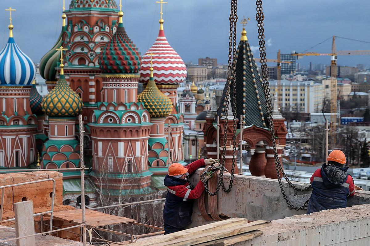 Delavci med Spaskim stolpom in stavbo Senata v moskovskem Kremlju.