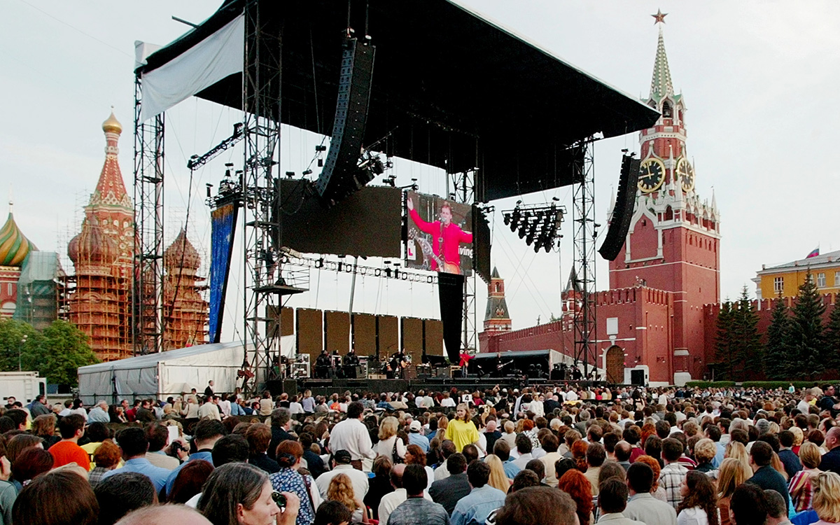 Na velikem panoju je prikazan Paul McCartney, ki je imel 24. maja 2003 nastop na moskovskem Rdečem trgu. Na Rdečem trgu so nastopale tudi druge svetovno znane zvezde, kot so The Scorpions, Linkin Park, Red Hot Chilli Peppers, Plácido Domingo in ruska rock skupina Mašina vremeni (»Časovni stroj«).