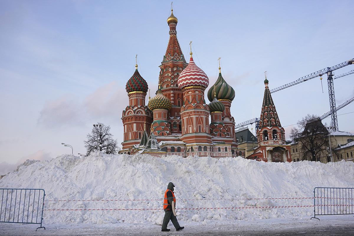 Ulični pometač se 15. januarja 2016 sprehaja mimo Katedrale Svetega Vasilija Blaženega na Rdečem trgu.