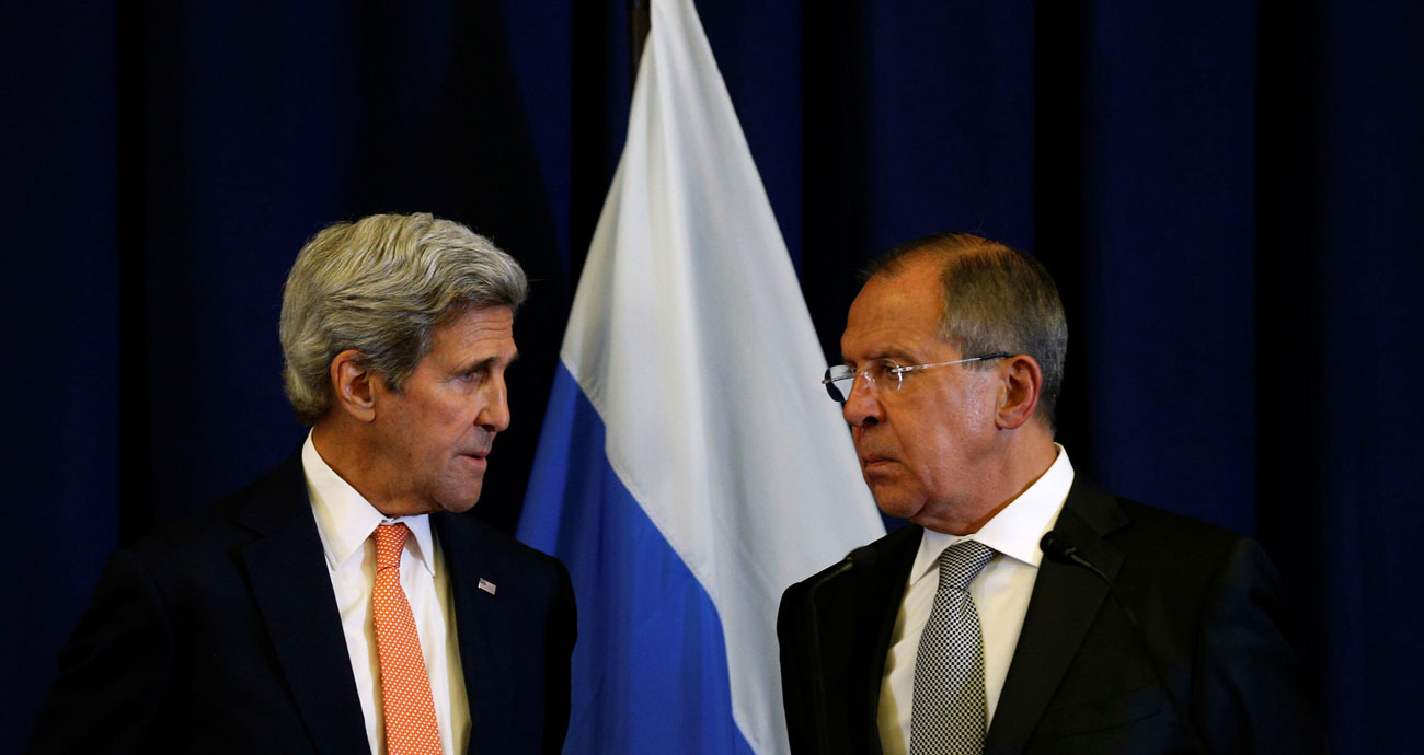 Menteri Luar AS Negeri John Kerry dan Menteri Luar Negeri Rusia Sergei Lavrov (kanan) membahas krisis Suriah selama pertemuan di Jenewa, Swiss, 9 September 2016.